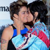 Nanda Costa troca beijo com Lan Lanh ao lançar revista: 'Amor da minha vida'