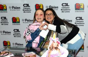 38c4096b78675 Larissa Manoela lança livro e reúne fãs em Bienal em SP   Alegria estar  aqui . Larissa Manoela reúne multidão de fãs mirins no lançamento ...