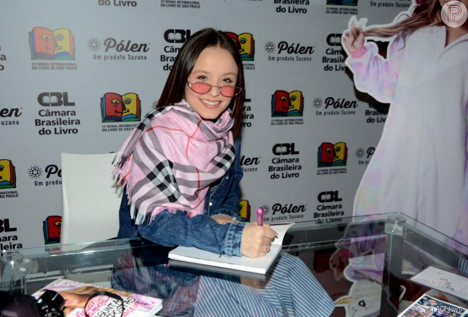 41cf0a5a1682f Larissa Manoela autografa livros e recebe fãs em Bienal em SP   Que ...