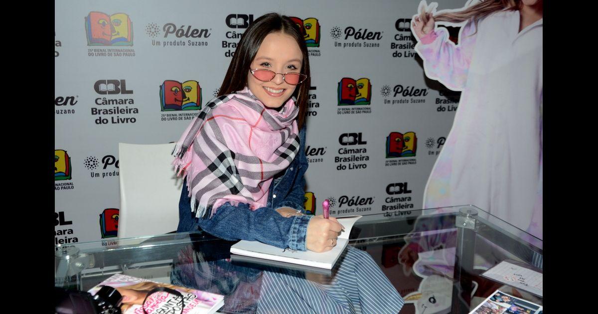 Larissa Manoela autografa livros e recebe fãs em Bienal em SP   Que alegria  estar aqui  - Purepeople b3845a25fa