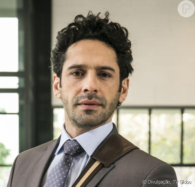 Emílio (João Baldasserini) é demitido por Samuca (Nicolas Prattes) ao beijar Marocas (Juliana Paiva) nos próximos capítulos da novela 'O Tempo Não Para'