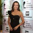 A jornalista Ana Paula Araújo investiu em um vestido longo de um ombro só