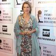 Maitê Proença apostou em vestido longo com estampa floral para evento