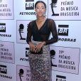 Yara Charry usou look Colcci e sandália Schutz em premiação