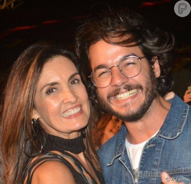 Fátima Bernardes posou abraçada a Túlio Gadêlha durante viagem a Recife: 'Melhor luz'