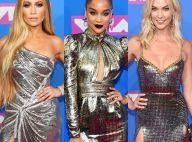 Tons metalizados, fendas e decotes predominam os looks das famosas no VMA 2018