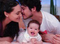 Quanto amor! Débora Nascimento e marido, José Loreto, posam com filha: 'Risonha'