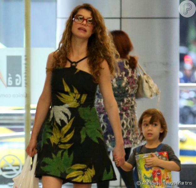 Alinne Moraes passeia em shopping do Rio de Janeiro com o filho, Pedro, de 4 anos, em 25 de agosto de 2018