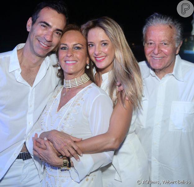 Ticiane Pinheiro conferiu o show de Saulo Fernandes com o marido, Cesar Tralli, e os pais, Helô e Abel Pinheiro, na comemoração aos 33 anos do Tivoli Ecoresort Praia do Forte, na Bahia, neste sábado, 25 de agosto de 2018