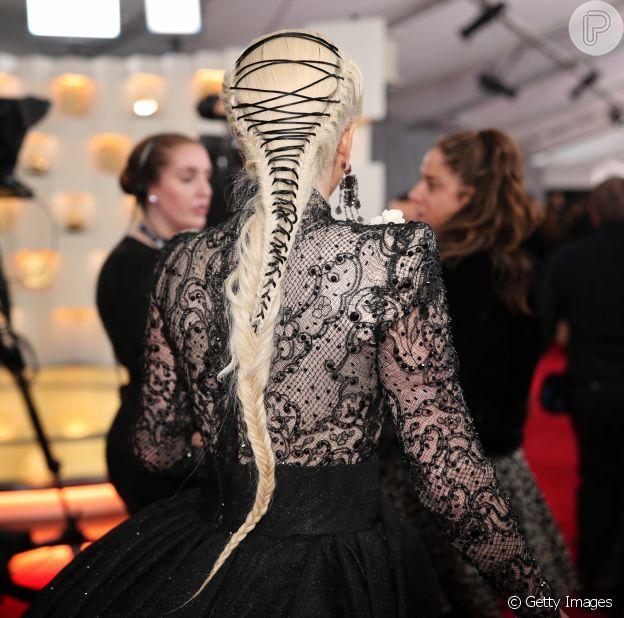 A trança espartilho imita o fecho da vestimenta que recebe o mesmo nome