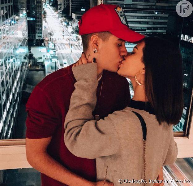 Kevinho posta primeira foto de beijo em Flavia Pavanelli após volta do namoro