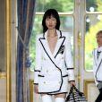 Vestido-blazer: look prático que vem conquistando as fashionistas. Já a proposta da Balmain para o verão 2019 traz blazer em estilo navy