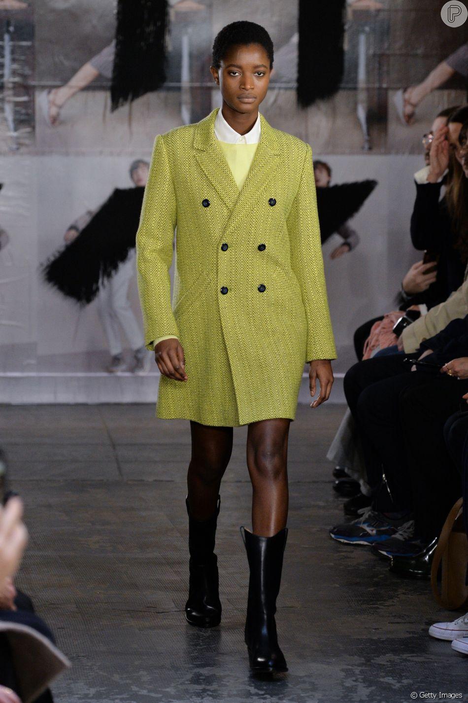 Vestido-blazer: look prático que vem conquistando as fashionistas. O look A.P.C. foi montado com suéter e camisa por baixo