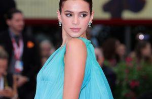 Bruna Marquezine cruza red carpet de Veneza com look degradê esvoaçante. Fotos!