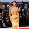 Nima Benati usou vestido tomara que caia de seda do fashion designer  Rok Cibej, para conferie à première de 'Nasce uma Estrela', no 75º Festival de Veneza, na Itália