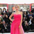 Lottie Moss usa vestido com bustier com tule pink e penteado 'podrinho'