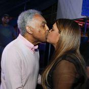 Preta Gil recebe famosos em festa e ganha selinho do pai, Gilberto Gil