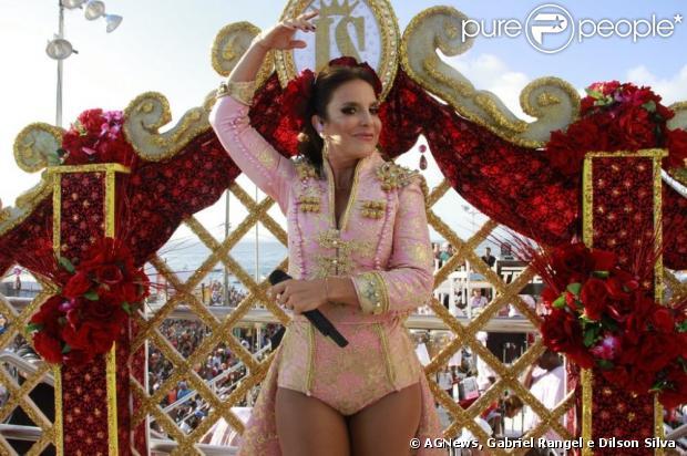 Ivete Sangalo abre Trio Cerveja & Cia, em Salvador, na Bahia e diante dos rumores de uma segunda gravidez, mostra barriguinha 'suspeita' durante a apresentação, em 9 de fevereiro de 2013