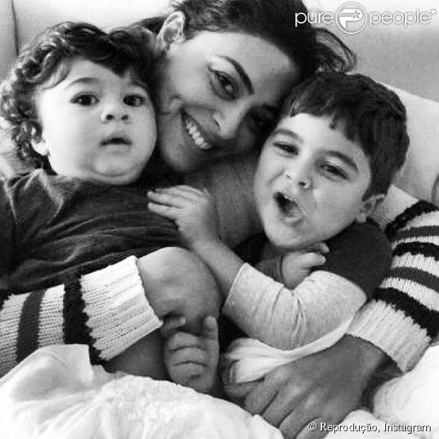 Juliana Paes posa com os filhos Pedro e Antônio em momento de descontração