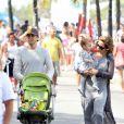 Guilhermina Guinlle passeou com o marido, o advogado Leonardo Antonelli, e a filha, Minna, de 10 meses