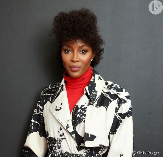 Naomi Campbell apostou no black power cacheado estilizado em um penteado moicano para prestigiar o desfile da Calvin Klein na Semana de Moda de Nova York, nesta terça-feira, 11 de setembro de 2019