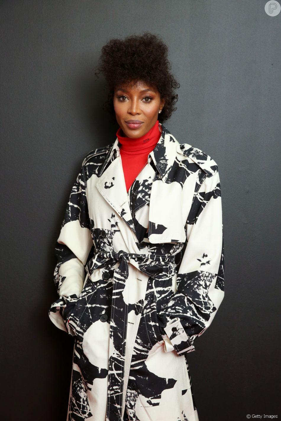 5d94930cd Naomi Campbell apostou no black power cacheado estilizado em um penteado  moicano para prestigiar o desfile