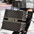 A Dior emplacou sua tote bag personalizada entre os fashionistas