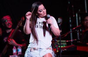 De saia jeans rasgada e t-shirt, Maiara exibe silhueta mais magra em show. Foto!