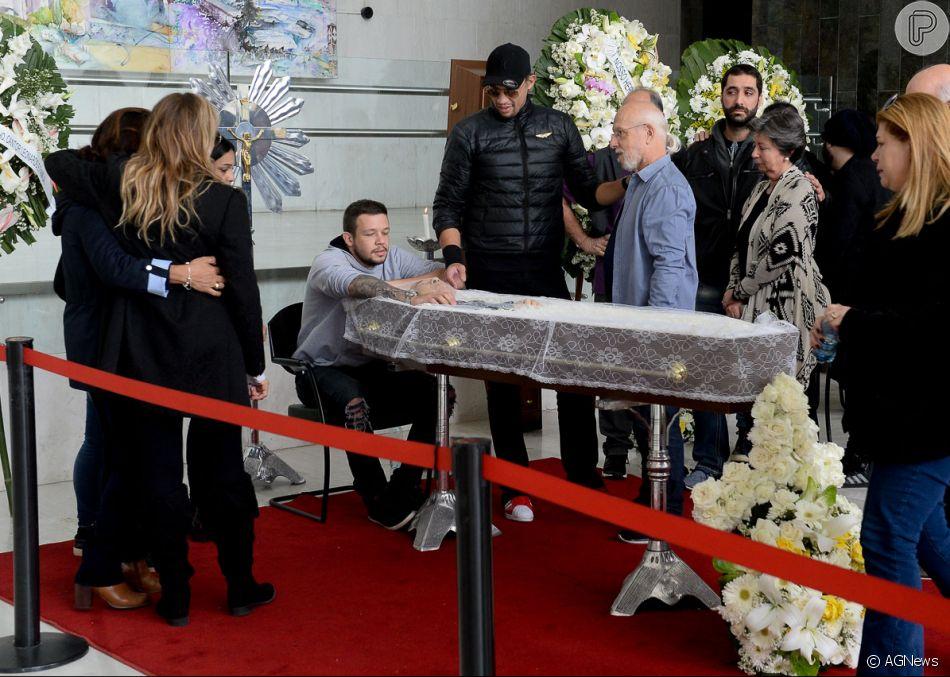 Kiko e Bruno receberam amigos e parentes no velório do pai, Franco Scornavacca, neste domingo, 16 de setembro de 2018
