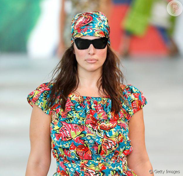 """Novas formas de usar o lenço: o estilo """"pirata"""" foi a escolha para o look de Ashley Graham no desfile de Michael Kors"""