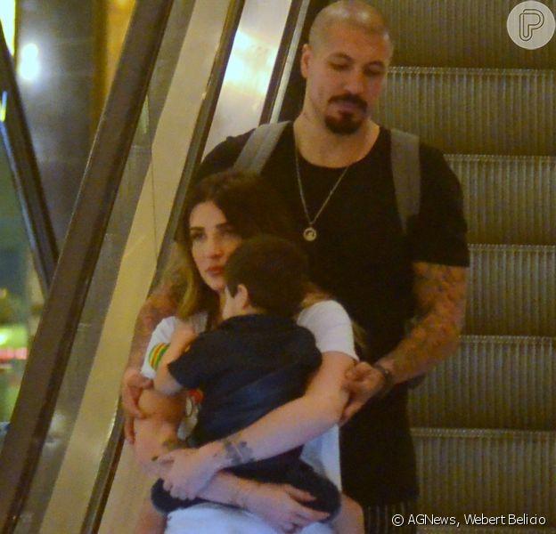 Aline Gotschalg e Fernando Medeiros passearam com o filho, Lucca, de 2 anos, pelo shopping Village Mall, na Barra da Tijuca, na zona oeste do Rio
