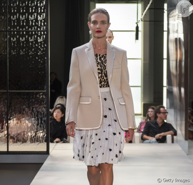 Estampas do verão 2019: as bolinhas e o animal print figuram no mesmo look, da Burberry