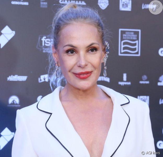 Carolina Ferraz estranha cabelo loiro ao montar looks: 'Nem sei mais me vestir'