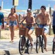 Mariana Rios e Lucas Kalil passearam de bicicleta após os cliques