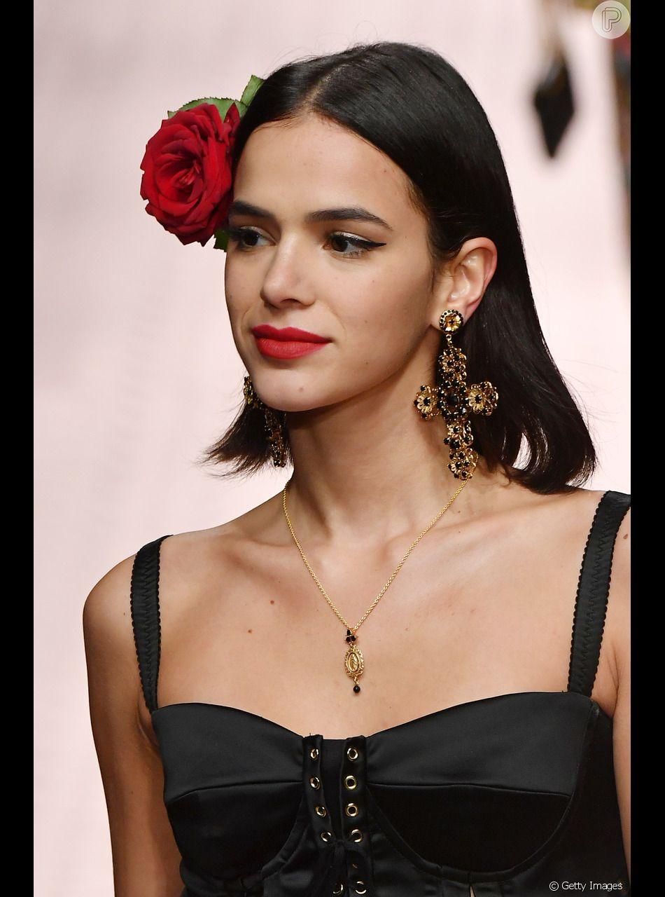 Bruna Marquezine desfilou pela Dolce & Gabanna com uma flor vermelha na lateral do cabelo solto no dia 23 de setembro de 201o