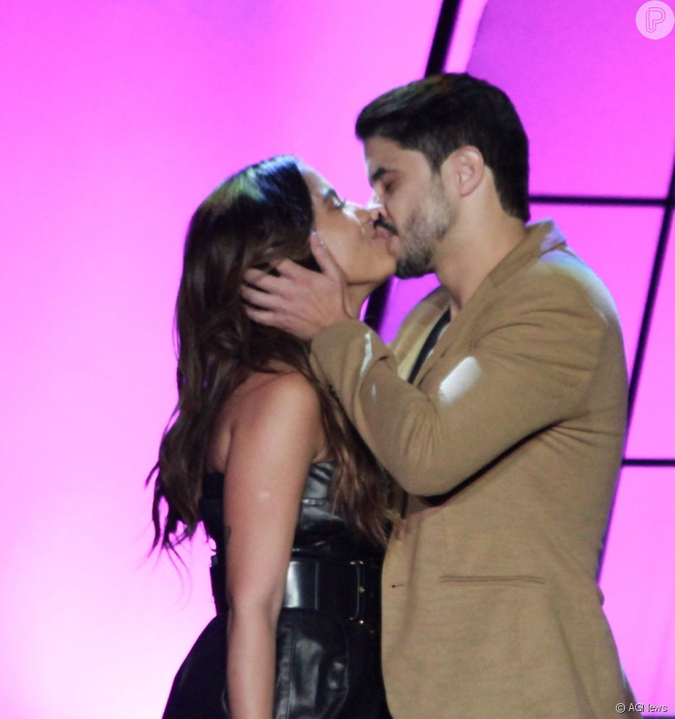 Anitta foi surpreendida com um beijo de  Leandro Martins, integrante da banda Atitude 67, no Prêmio Multishow, nesta terça-feira, 25 de setembro de 2018