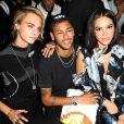 Marquezine e Neymar posam com a modelo Cara Delevingne