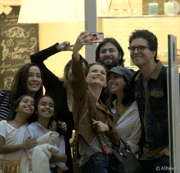 Thiago Fragoso e Mariana Vaz encontram com amigos em shopping e posam para selfie