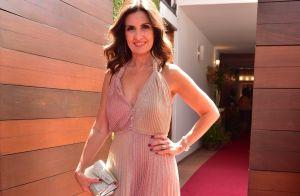 Madrinha, Fátima Bernardes usa look plissado em casamento de Luiza Possi. Fotos!