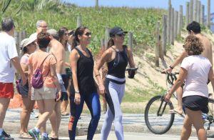 Patrícia Poeta caminha na orla da Praia de Ipanema acompanhada por amiga