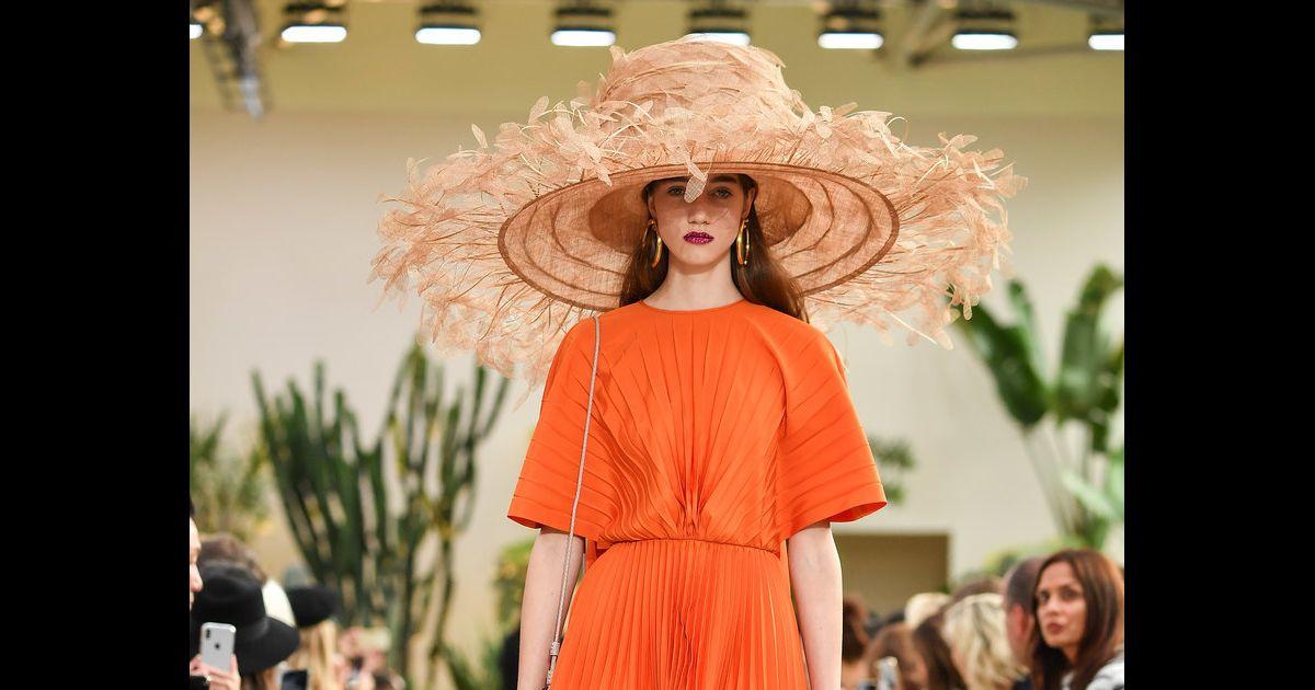 O chapéu de palha promete compor os looks beachwear do verão 2019 -  Purepeople bfed71d8a7d