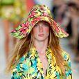 O chapéu da grife Michael Kors apareceu estampado e floral para o verão 2019