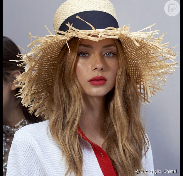 Chapéu de palha é uma aposta da Chanel para o verão 2019