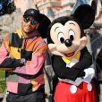 Neymar posou com o Mickey Mouse na Disney Paris