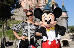 Bruna Marquezine elege look sporty com cropped ombro a ombro na Disney Paris