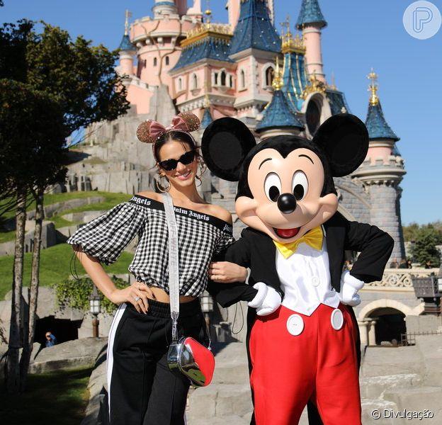 Bruna Marquezine investiu em look sporty para ir à Disney Paris neste domingo, 30 de setembro de 2018
