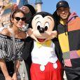 Bruna Marquezine usou cropped ombro a ombro e pantalona esportiva na Disney Paris