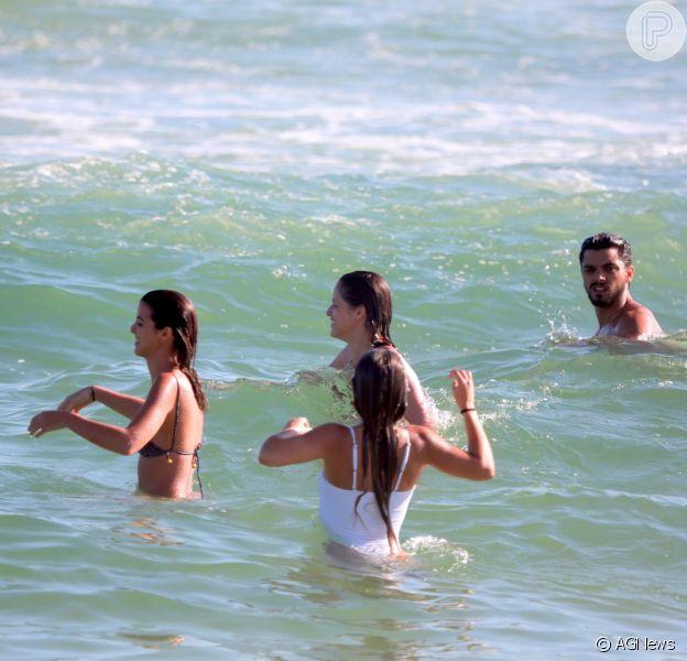Rodrigo Simas, Agatha Moreira e mais atores de 'Orgulho e Paixão' se divertem em praia após o término da novela nesta terça-feira, dia 02 de outubro de 2018
