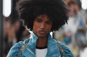 Os cabelos cacheados e crespos das modelos de Louis Vuitton