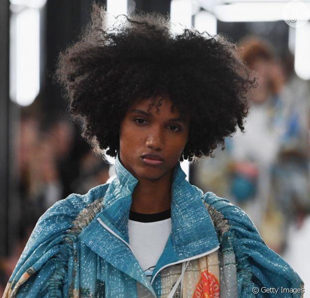 O cabelo crespo das tops de Louis Vuitton, que desfilou em Paris no dia 2 de outubro de 2018, mostrou modelos cacheadas e crespas com blacks supervolumosos